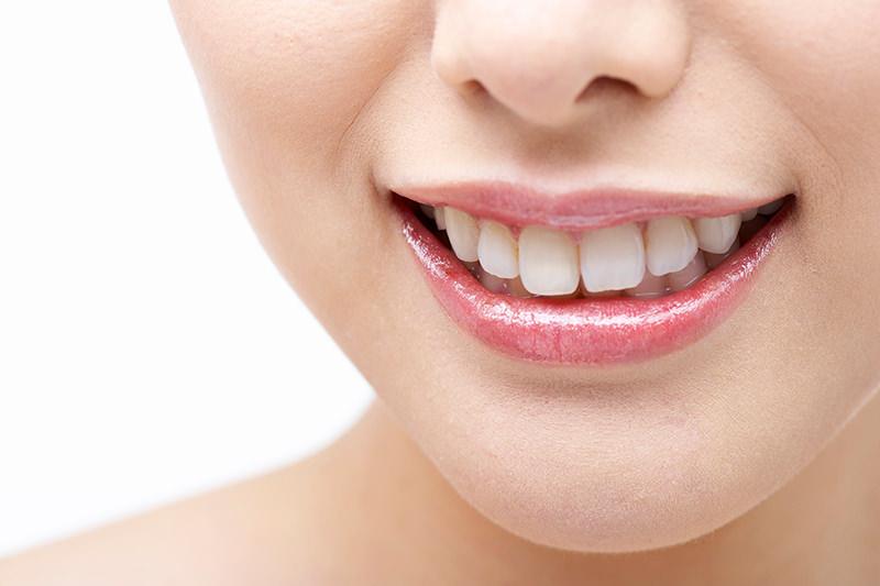 より美しく自然な歯を